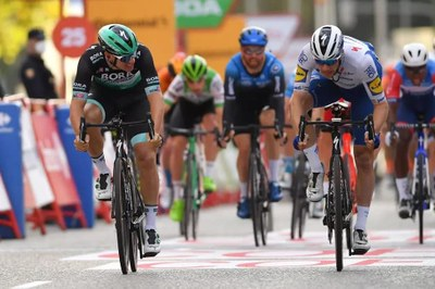 Ackermann y Bennett en la etapa 18 de la Vuelta a España 2020