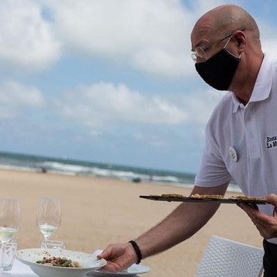 Ginés Navarro sirviendo en el restaurante