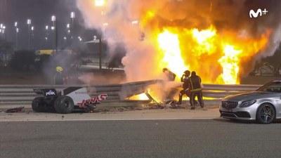 Grosjean saliendo del monoplaza en llamas