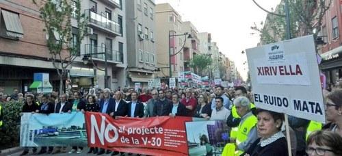 Manifestación de los vecinos de Xirivella en contra del paso inferior de la V 30