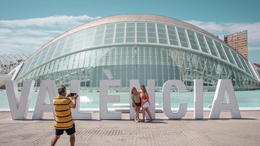 Los turistas visitan la Ciudad de las Artes y las Ciencias en Valencia. Foto: EFE
