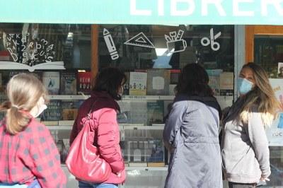 Detalle clientas Librería Berlín en el escaparate