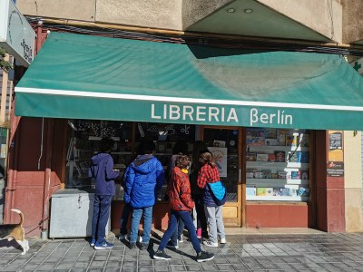Escaparate de la Libería Berlín con clientes