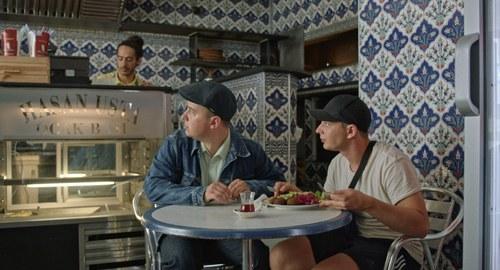 'Dima' y un amigo suyo en un restaurante del barrio