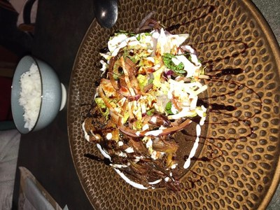 Cordero tandoori con raita de berenjena