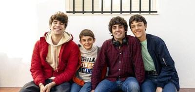 """Javier Calvo y Javier Ambrosi, creadores de la serie, junto con algunos actores de """"Veneno"""""""
