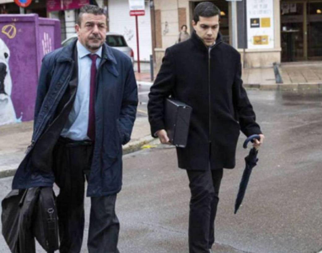 El acusado, a la derecha, junto con el letrado saliendo del juzgado.