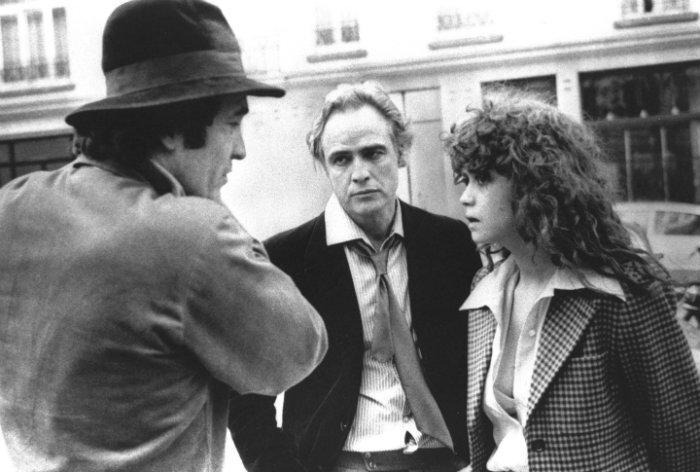 Bertolucci, Marlon Brando y Maria Schneider charlan durante el rodaje de El último tango en París
