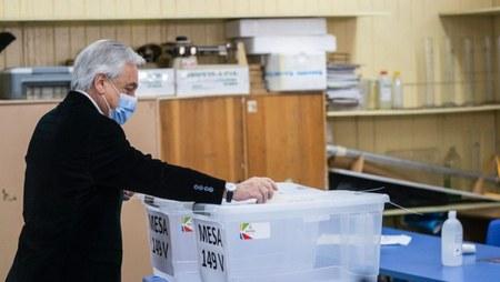 Piñera votando. Fuente: Prensalibre.com