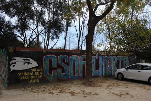 Mural en la puerta del CSOA L'Horta
