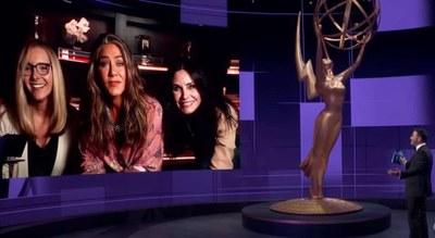 Las actrices de la serie Friends se reunen en los Emmys. Foto: YOUTUBE/EMMYS