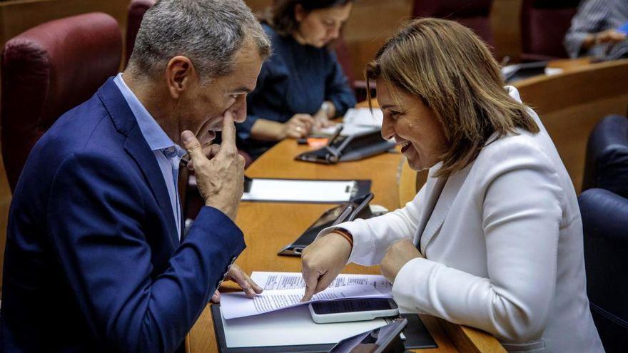Bonig y Cantó dialogan durante un pleno en Les Corts
