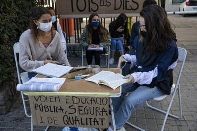 Estudiants del Luis Vives de València es manifesten i demanen una millora de la situació cara l'EBAU. Eva Máñez.