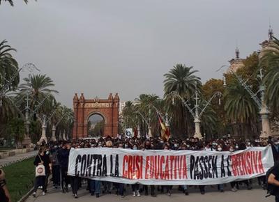 Estudiants es manifesten per la crisi educativa en la vaga del 21 d'octubre en Barcelona. @sepc nacional