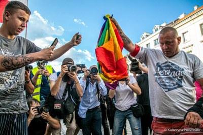 Quema de bandera LGTB en Polonia. KHP POLONIA.