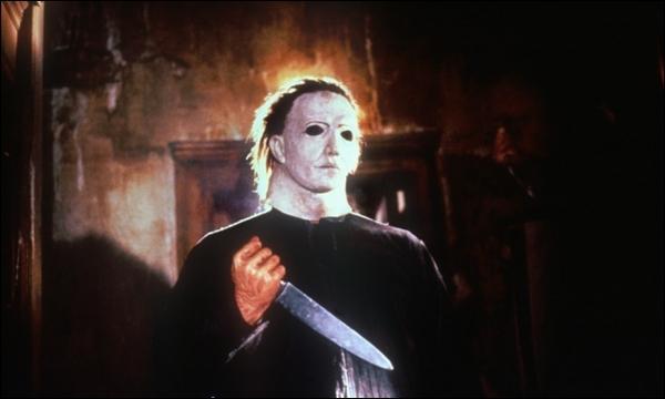 Michael Myers sujetando un cuchillo en el film